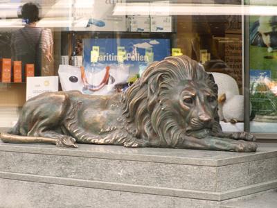 Die Löwen-Statue vor der Apotheke